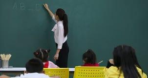 Игра учителя заполняет внутри игру пробелов со студентом акции видеоматериалы