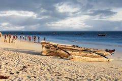 Игра футбола на пляже на заходе солнца Стоковые Изображения