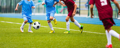 Игра футбола футбола для детей Футбольная лига школы стоковое изображение