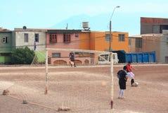 Игра 2 футбольных команд дилетанта на поле внутри Стоковое фото RF