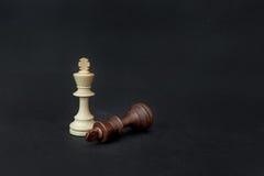 Игра шахмат Белый и черный король бросая вызов для победы Изолировано на черной предпосылке Стоковая Фотография RF