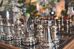 Игра шахмат Шахмат металла Серебряный шахмат Шахмат игры Роскошный подарок Стоковое Фото
