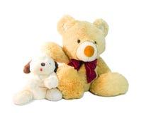 Игра щенят плюшевого медвежонка и куклы друг с другом Стоковое Фото