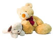 Игра щенят плюшевого медвежонка и куклы друг с другом Стоковая Фотография