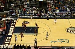 игра cleveland чавалеристов баскетбола ловит сетью nj против Стоковое фото RF