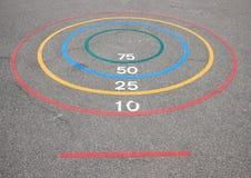 Игра Quoits с выигрывая кругами и базис на асфальте Стоковое фото RF