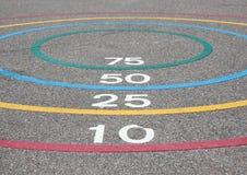 Игра Quoits с выигрывая кругами на асфальте Стоковые Изображения RF