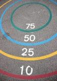 Игра Quoits с выигрывая кругами на асфальте Стоковое Изображение
