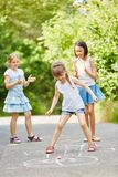 Игра ` s ребенка в парке стоковое фото