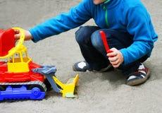 Игра ` s ребенка с песком Стоковые Фотографии RF
