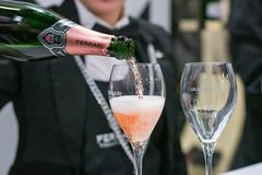 Игристое вино женского сомелье служа стоковые изображения