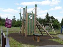 Игровая площадка доверия снабжения жилищем общины Уотфорда около урбанизации стоковое фото rf