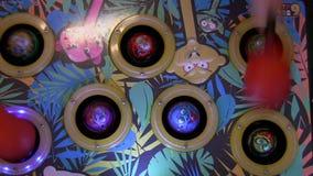 Игровой автомат занятности детей сток-видео