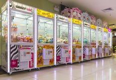 Игровой автомат когтя аркады робототехнический, игровой автомат крана с лапой Стоковая Фотография
