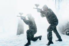 2 игрока пейнтбола снимая на враге Стоковые Фотографии RF