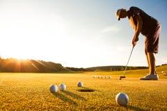 игрока равенства гольфа заход солнца мыжского практикуя стоковое изображение