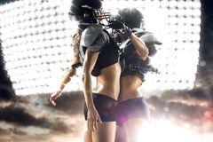 Игроки американского футбола женские в действии стоковая фотография