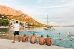 Игроки водного поло и спичка тренера наблюдая в Omis Стоковые Изображения RF