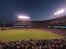 Игроки в дальней части поля бегут для шарика с всем бейсбольным стадионом в взгляде Стоковое Изображение