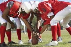 Игроки в груде вокруг футбола Стоковая Фотография RF