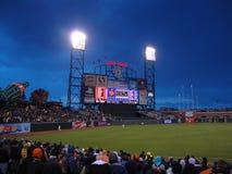 игроки в дальней части поля homerun подающего гоньбы шарика Стоковая Фотография
