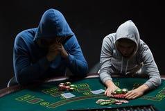 Игроки в покер сидя на таблице покера и идя все внутри Стоковое Фото