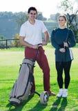 Игроки гольфа на поле для гольфа Стоковое фото RF
