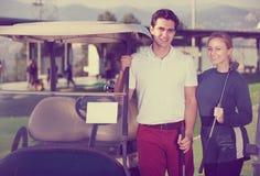 Игроки гольфа на поле для гольфа Стоковое Изображение