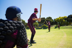 Игроки играя бейсбол совместно на поле стоковые изображения