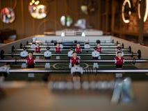Игроки игры бьющего по мячу футбола настольного футбола стоковое фото rf