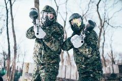 Игроки пейнтбола в splattered масках после сражения Стоковое фото RF