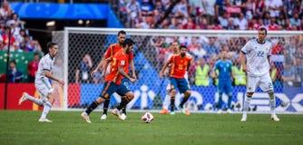 Игроки футбольной команды Isco и Sergio Испании национальные Busquets с игроками Artem Dzyuba и Daler Kuzyaev России стоковые изображения
