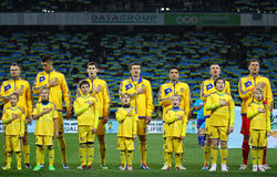 Игроки футбольной команды Украины национальные слушают национальное anthe Стоковые Изображения RF