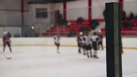 Игроки хоккея на льде тряся руки перед спичкой, рефери начинают игру, спорт акции видеоматериалы