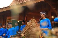 Игроки Angklung в действии на событии стоковое изображение rf