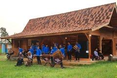 Игроки Angklung в действии на событии стоковая фотография rf