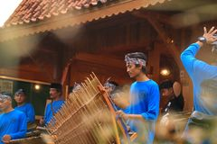 Игроки Angklung в действии на событии стоковое фото rf