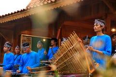 Игроки Angklung в действии на событии стоковые изображения