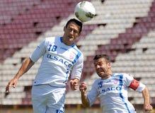 Игроки Footbal ударяют шарик с головой стоковые изображения rf