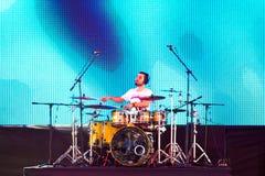 Игрок барабанчика на сцене Стоковые Фото