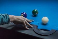 Игрок бассейна принимая совершенную съемку Стоковое Фото
