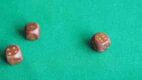 Игрок бросает 3 деревянное dices одно время на зеленой доске акции видеоматериалы