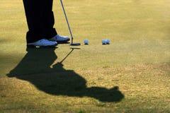 игрок в гольф его putt практик Стоковые Изображения RF