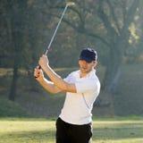 Игрок в гольф играя гольф Стоковая Фотография RF