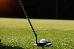 Игрок в гольф кладя шар для игры в гольф на зеленый гольф Стоковые Фотографии RF