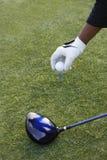 игрок в гольф подготовляя тройник съемки Стоковое Фото