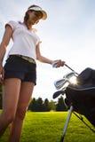 Игрок в гольф принимая вне утюг от мешка гольфа. стоковое фото