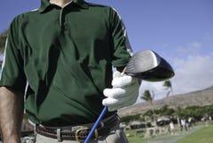 Игрок в гольф с клубом водителя на управляя ряде Стоковые Изображения RF