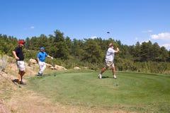 игрок в гольф с teeing Стоковые Фотографии RF