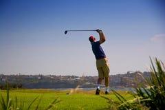 игрок в гольф с teeing Стоковая Фотография RF